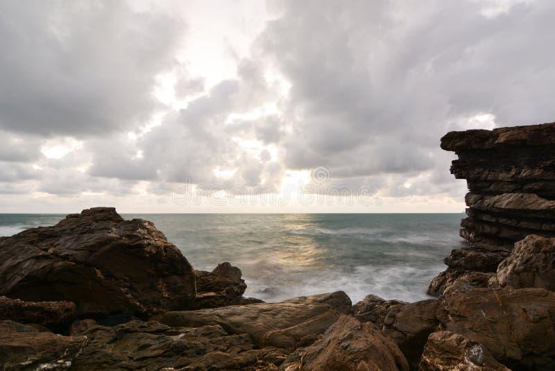 Coucher de soleil en hiver sur les rochers au bord de la mer Cavi di Lavagna Gouf de Tigullio Ligurie Italie photos libres de droits