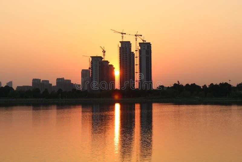 Coucher de soleil entre les bâtiments et les bâtiments image libre de droits