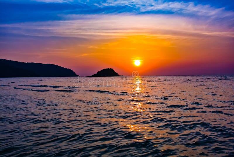 Coucher de soleil et crépuscule à Sattahip en Thaïlande images stock