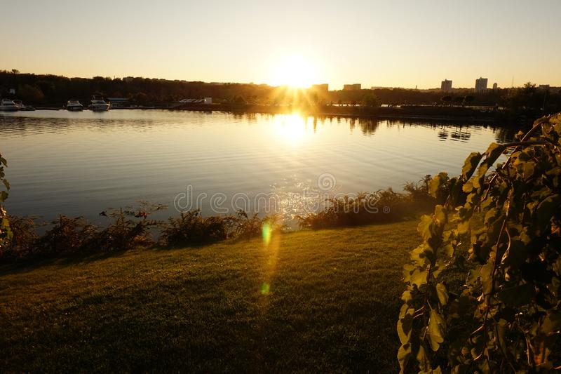 Coucher de soleil incroyable dans une grande ville image libre de droits