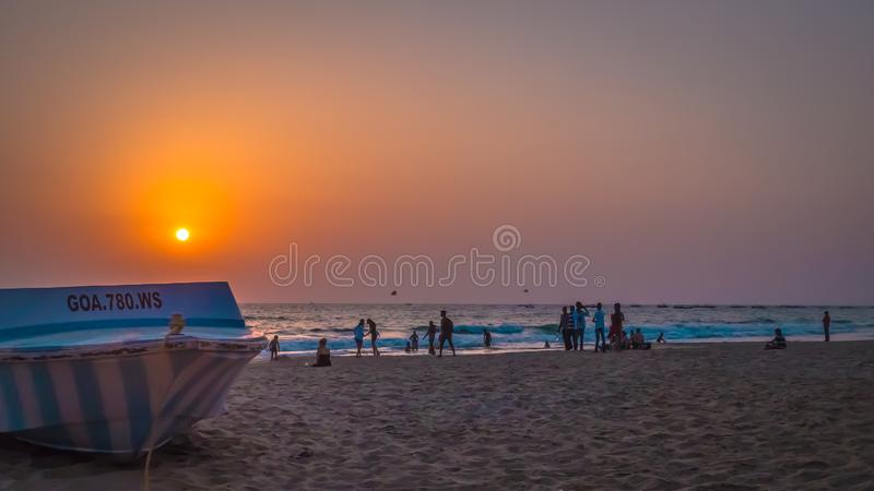 Coucher de soleil scénique d'un bateau au bord de la mer d'Arabie à Condolim, Goa, Inde images stock