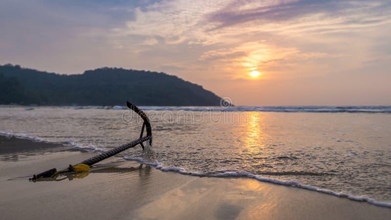 Coucher de soleil sur la plage de Nagtabon, Palawan, Philippines photographie stock libre de droits
