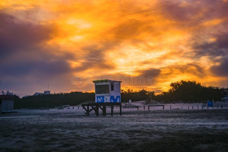 Coucher de soleil sur la plage de Pinamar en Argentine image stock