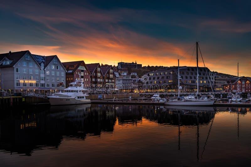 Coucher de soleil sur le port de Tromso, Norvège photos libres de droits