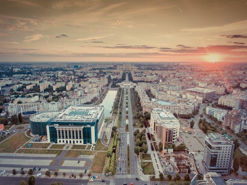 Coucher du soleil à Bucarest avec le filtre nostalgique Silhouette d'homme se recroquevillant d'affaires image libre de droits