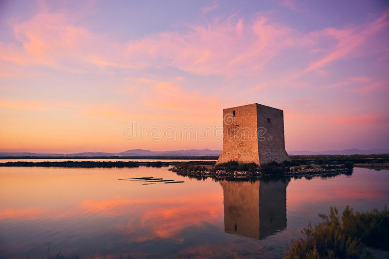 Coucher du soleil à côté de la tour de Tamarit images stock
