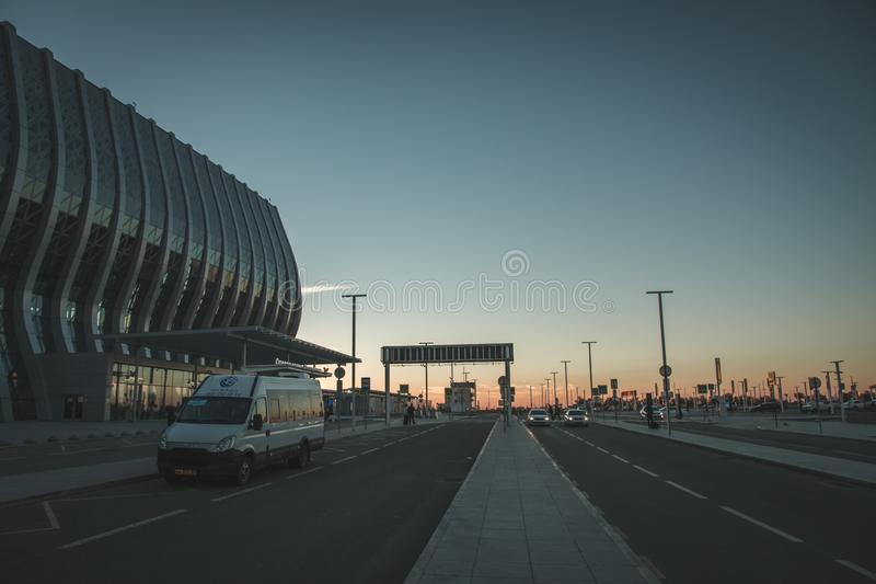 Coucher du soleil à l'aéroport image stock