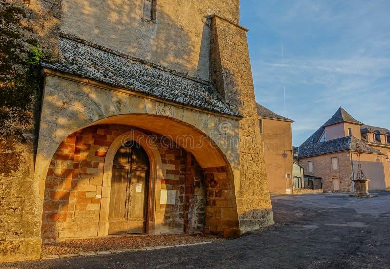 Coucher du soleil à l'entrée d'église photos libres de droits