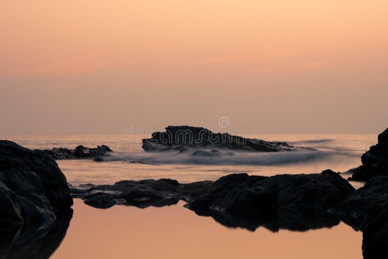 Coucher du soleil à l'Inde de plage de l'OM photos libres de droits