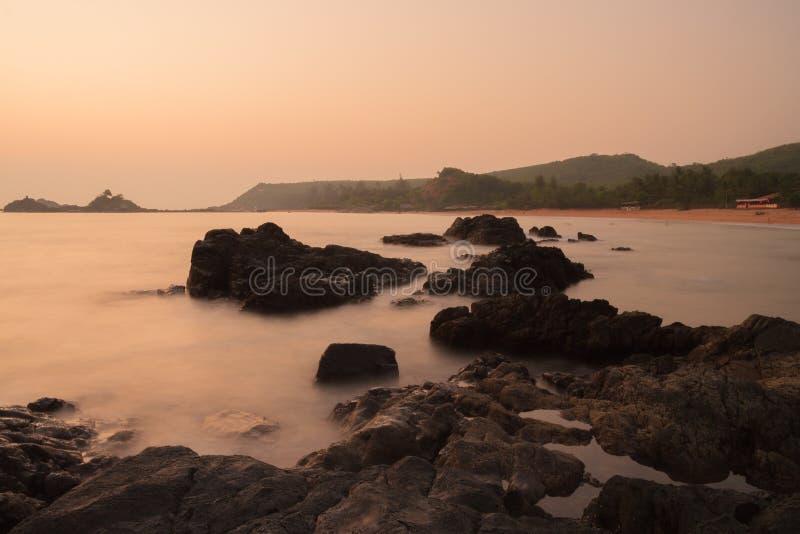 Coucher du soleil à l'Inde de plage de l'OM photo stock
