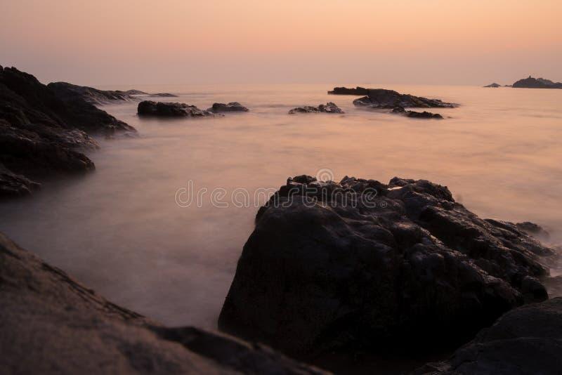 Coucher du soleil à l'Inde de plage de l'OM images libres de droits