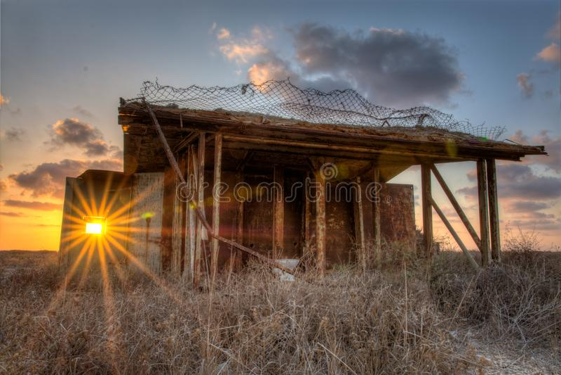 Coucher du soleil à l'intérieur d'une vieille fenêtre de bâtiments image libre de droits