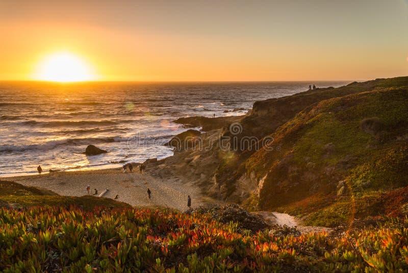 Coucher du soleil à la baie photos stock