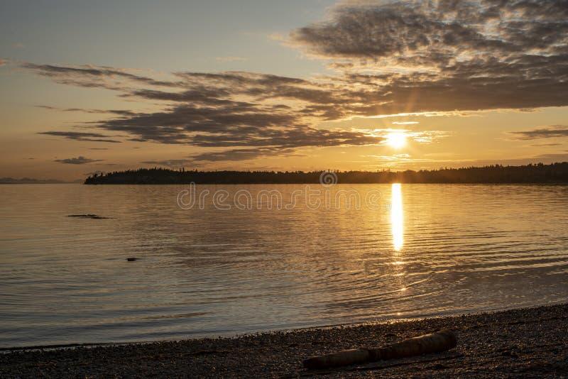 Coucher du soleil à la baie 4 de bouleau photographie stock