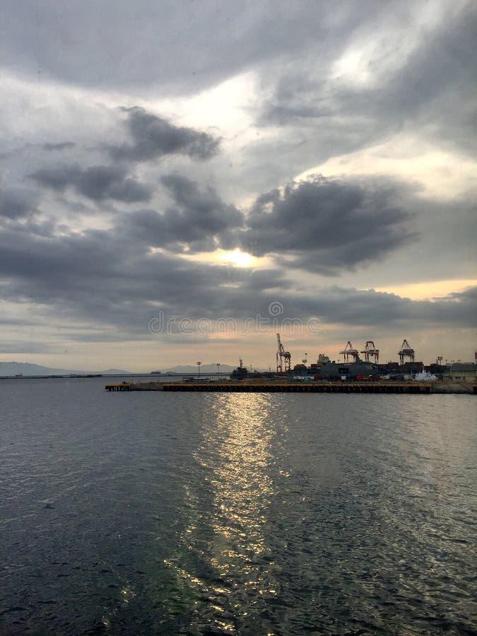 Coucher du soleil à la baie de Manille image stock