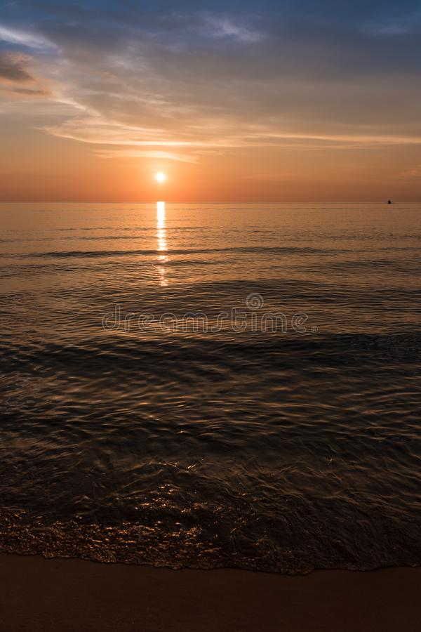 Coucher du soleil à la belle plage vide Plage de coucher du soleil, Koh Rong Samloem photos stock