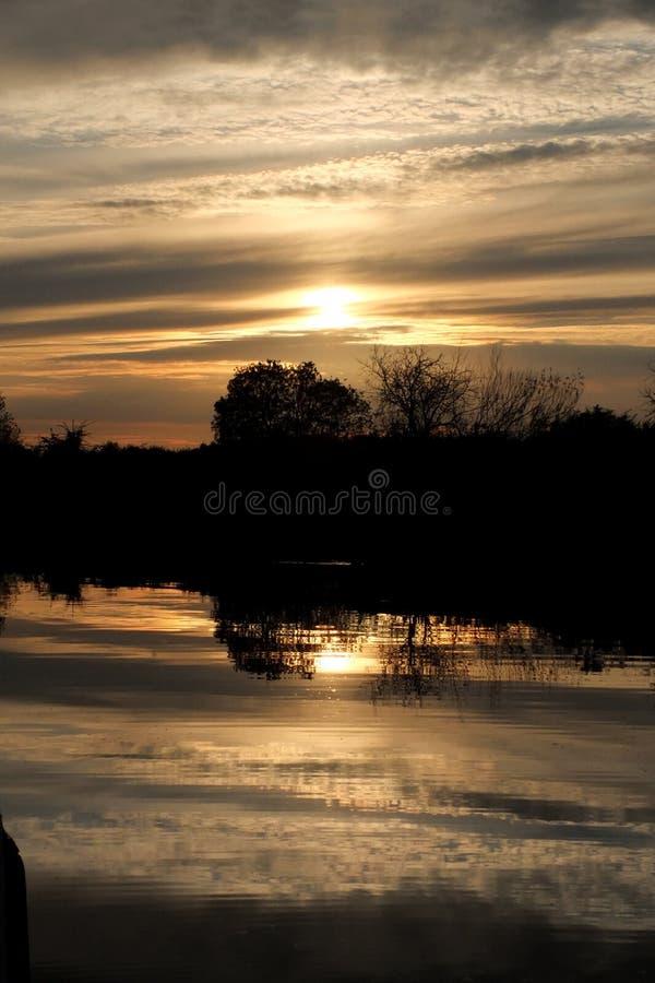 Coucher du soleil à la digue Norfolk Broads de flotte photos libres de droits