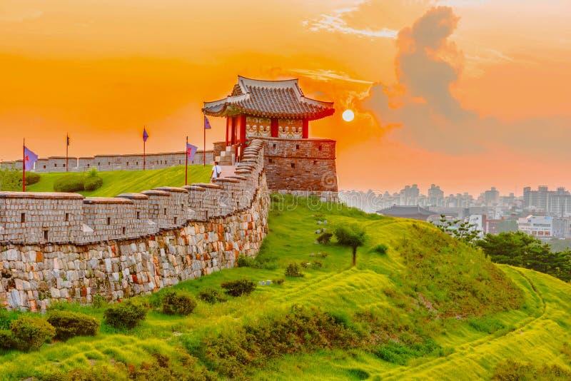 Coucher du soleil à la forteresse de Hwaseong à Séoul, Corée du Sud photographie stock libre de droits