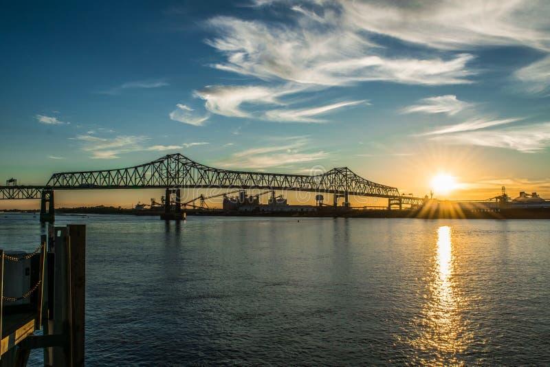 Coucher du soleil à la levée du fleuve Mississippi à Baton Rouge du centre images stock