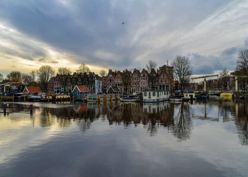 Coucher du soleil à la marina Westerdok d'Amsterdam image libre de droits