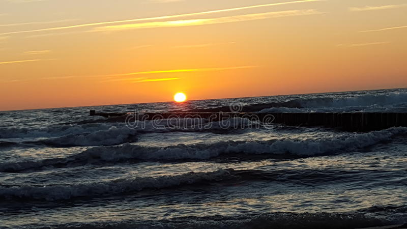 Coucher du soleil à la mer baltique photos stock