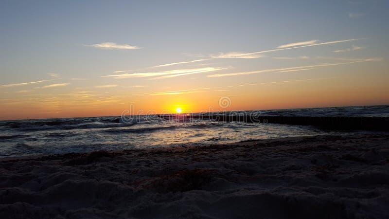Coucher du soleil à la mer baltique photographie stock libre de droits