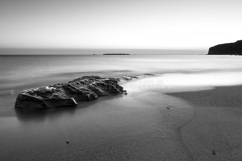 Coucher du soleil à la mer, noire et blanche images libres de droits
