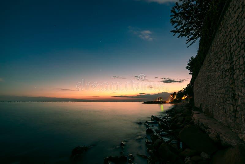 Coucher du soleil à la mer, Trieste images stock