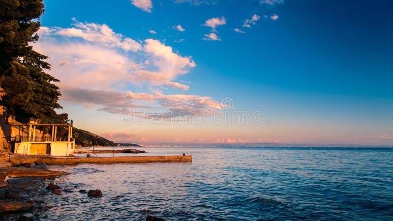 Coucher du soleil à la mer, Trieste image libre de droits