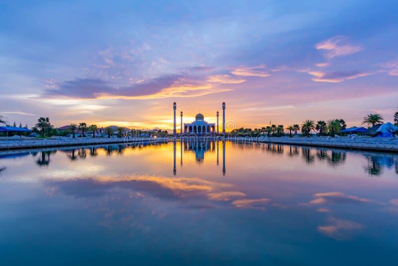 Coucher du soleil à la mosquée de central de Songkhla photo stock
