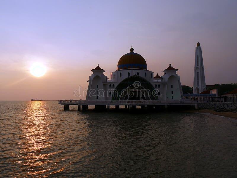 Coucher du soleil à la mosquée de flottement Melakka Malaisie photo libre de droits