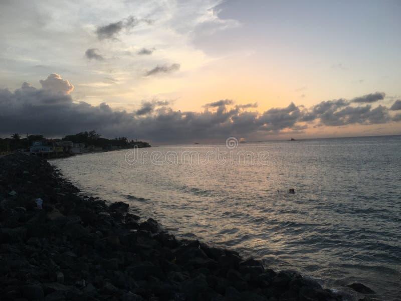 Coucher du soleil à la plage photographie stock libre de droits