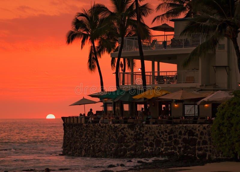 Coucher du soleil à la plage, café photo stock