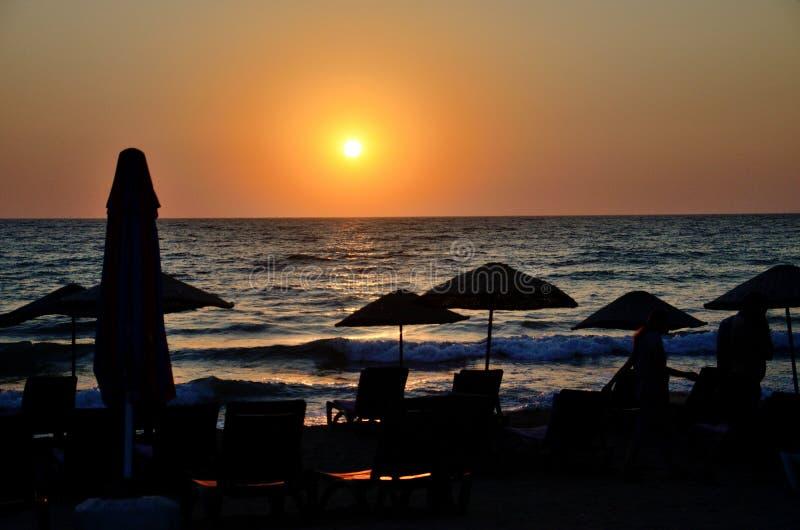 Coucher du soleil à la plage dans Kusadasi, Turquie images libres de droits