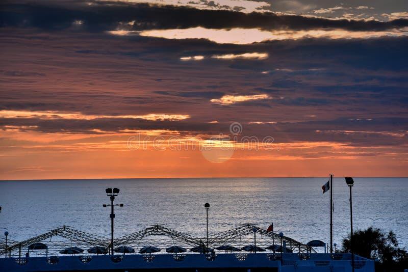Coucher du soleil à la plage dans Scalea, Calabre, Italie du sud image stock
