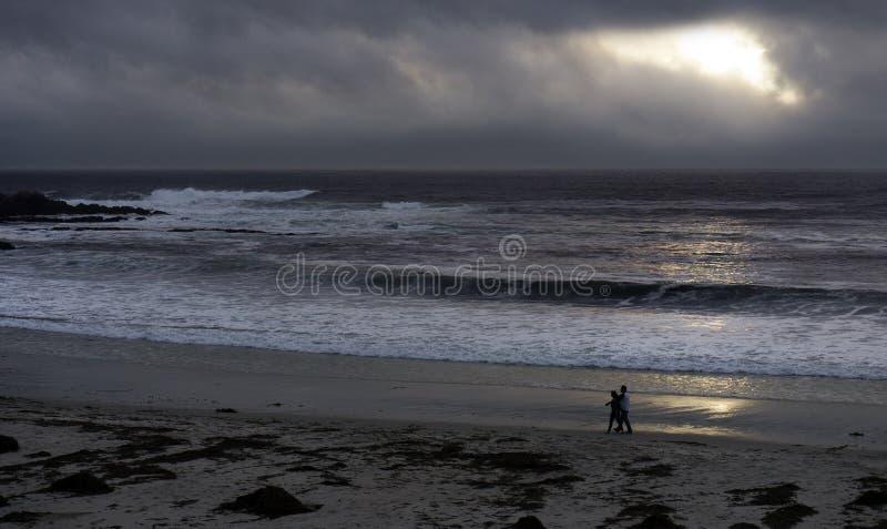 Coucher du soleil à la plage de Carmel un jour orageux photo stock
