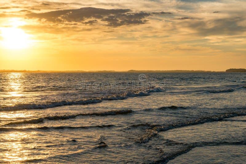 Coucher du soleil à la plage de folie photo stock