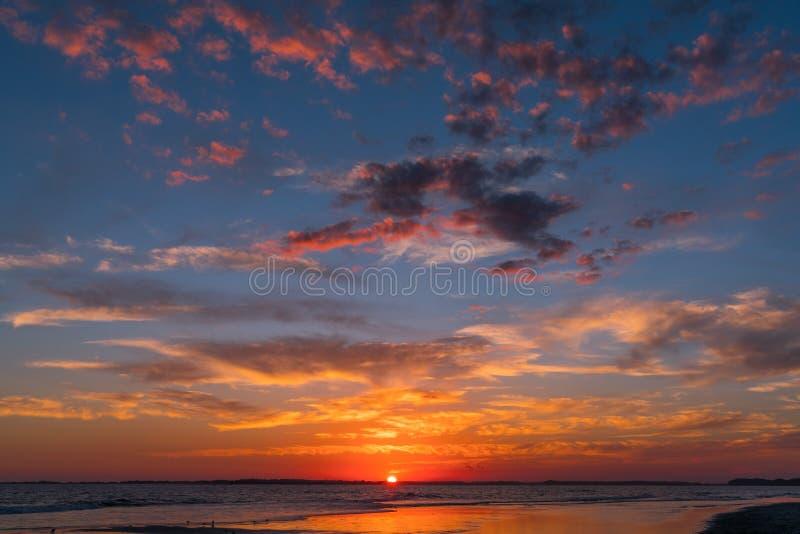 Coucher du soleil à la plage de folie image stock