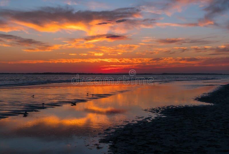 Coucher du soleil à la plage de folie photos libres de droits