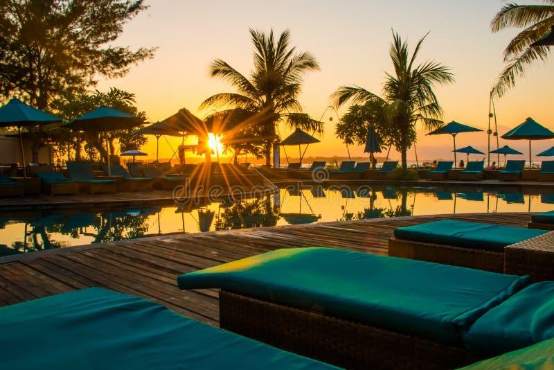 Coucher du soleil à la plage de Gili Trawangan avec le ciel et les lits pliants colorés, l'île de paradis, Gili, Bali Lombok, Ind image stock