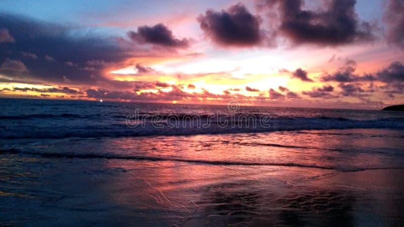 Coucher du soleil à la plage de Karon, Phuket, Thaïlande photographie stock libre de droits
