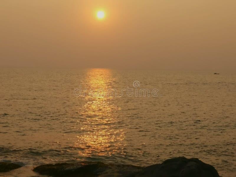 Coucher du soleil à la plage de Kovalam images stock