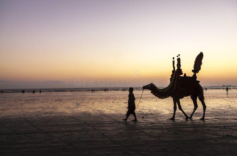 Coucher du soleil à la plage de la Karachi image stock