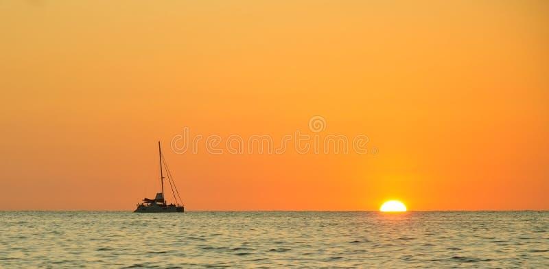 Coucher du soleil à la plage de lanière de Nang image libre de droits