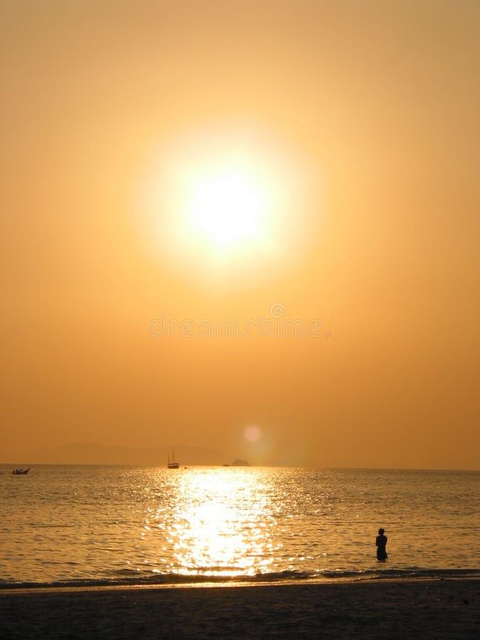 Coucher du soleil à la plage de Rai Leh, Krabi, Thaïlande photographie stock