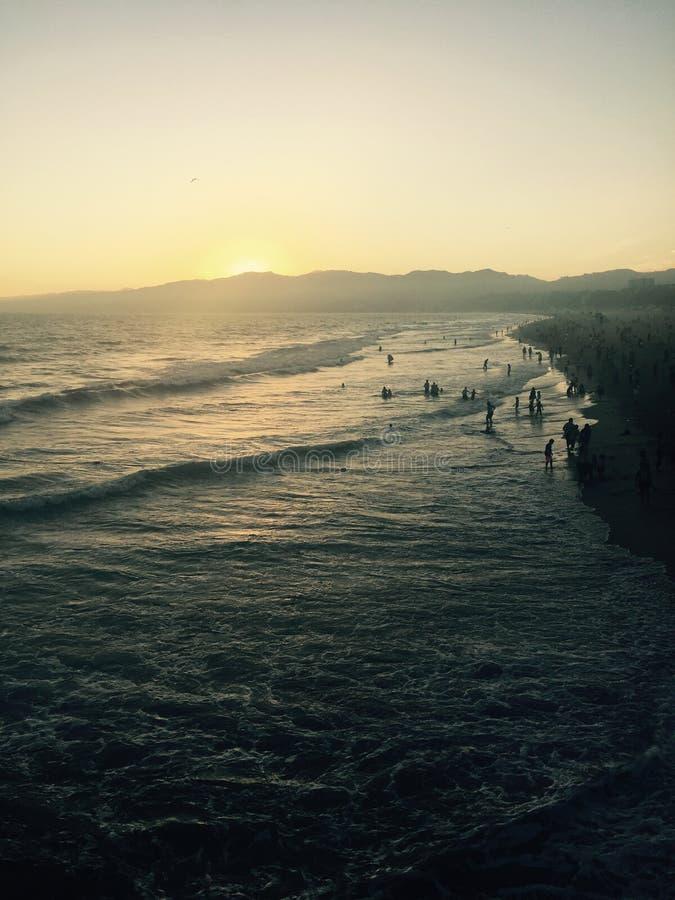 Coucher du soleil à la plage de Santa Monica image stock
