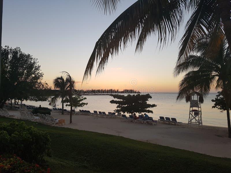 Coucher du soleil à la plage Jamaïque Montego Bay photos stock