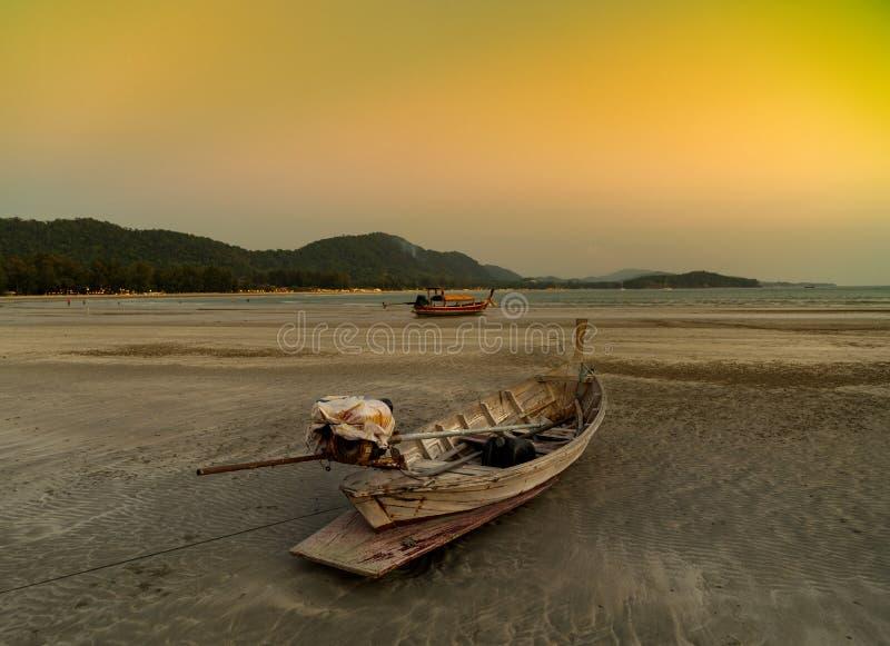 Coucher du soleil à la plage, Koh Lanta Island - Krabi - Thaïlande images stock