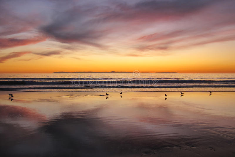 Coucher du soleil à la plage la Californie de Newport avec l'île de Santa Catalina à l'arrière-plan images stock