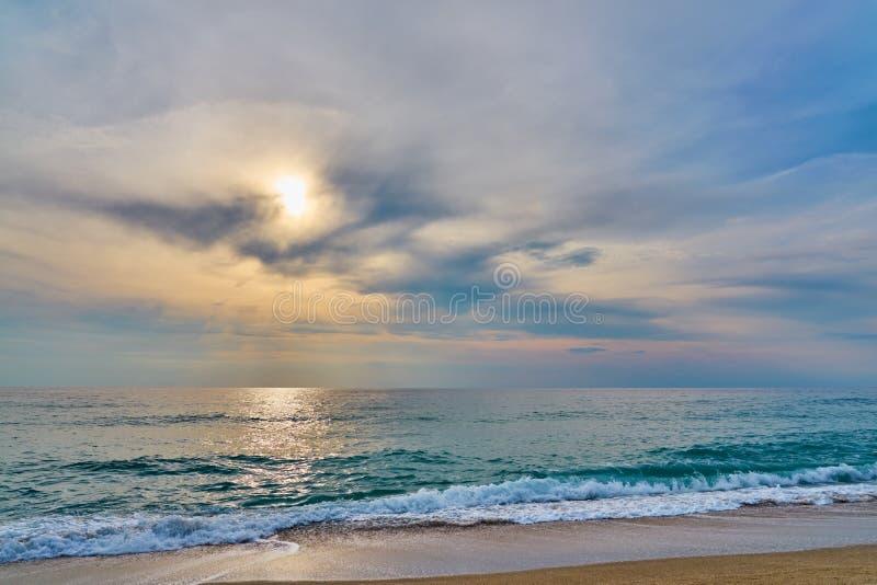 Coucher du soleil à la plage tropicale photographie stock